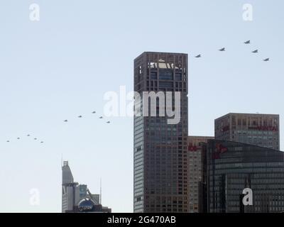 Pékin, Chine. 19 juin 2021. Des avions furtifs du Chengdu J-20 survolent Pékin le 19 juin 2021, lors d'une répétition d'un événement en juillet pour célébrer le 100e anniversaire du Parti communiste chinois. (Kyodo)==Kyodo photo via Credit: Newscom/Alay Live News Credit: Newscom/Alay Live News