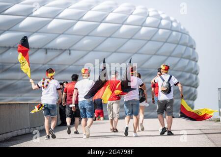 Munich, Allemagne. 19 juin 2021. Football: Championnat d'Europe, Portugal - Allemagne, tour préliminaire, Groupe F, 2ème match. Les fans de l'équipe nationale allemande de football viennent au stade. Credit: Matthias balk/dpa/Alay Live News