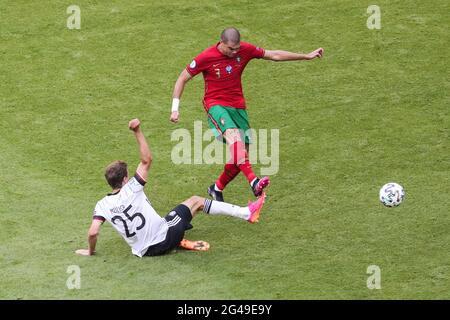 Munich, Allemagne. 19 juin 2021. Pepe (en haut) du Portugal rivalise avec Thomas Mueller d'Allemagne lors du match de l'UEFA Euro 2020 Championship Group F à Munich, en Allemagne, le 19 juin 2021. Credit: Shan Yuqi/Xinhua/Alay Live News