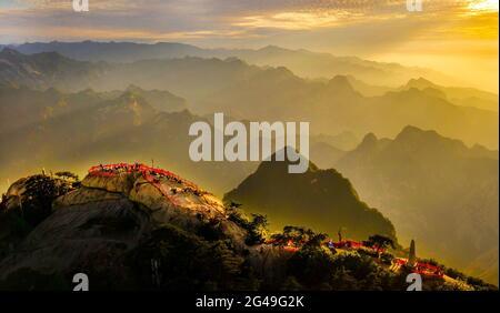 Huayin. 19 juin 2021. La photo aérienne prise le 19 juin 2021 montre le paysage du Mont Huashan dans la province de Shaanxi, dans le nord-ouest de la Chine. Credit: Tao Ming/Xinhua/Alamy Live News