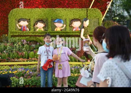 Pékin, Chine. 19 juin 2021. Les enfants posent pour des photos avec des décorations florales le long de l'avenue Chang'an à Beijing, capitale de la Chine, le 19 juin 2021. Credit: Chen Zhonghao/Xinhua/Alay Live News