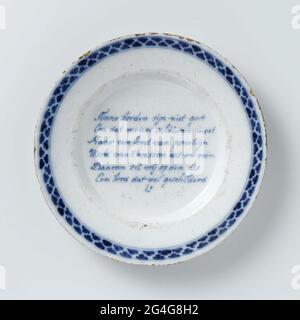 . Plaque de foi. Peint en bleu avec un verset et un bord décoré. Le verset est: Les plaques de tinne ne ne sont pas bonnes // pour obtenir ce hangar de l'homme // mais une plaque de porcéine // mot de 't wash blanc et propre // donc mis libre à la dis // une plaque qui peint // est.