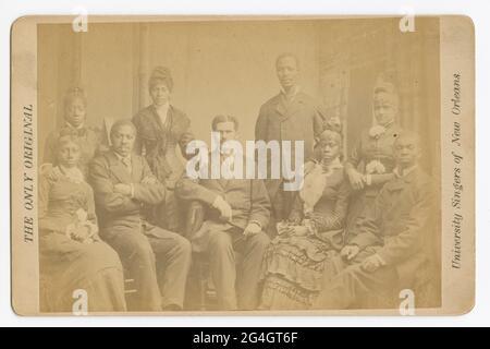"""Également connu sous le nom de Louisiana University Jubilee Singers, la troupe chantait des """"authentiques chansons africaines"""". Il y a quatre hommes et cinq femmes sur la photo. Imprimé au verso si la carte est """"BOGARGUS, n° 349 Sixth Avenue, New York. »"""