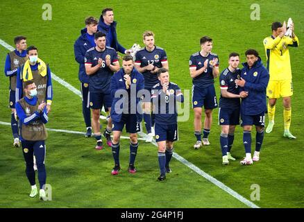 Les joueurs écossais applaudissent les fans après le coup de sifflet final lors du match de l'UEFA Euro 2020 Group D à Hampden Park, Glasgow. Date de la photo: Mardi 22 juin 2021.