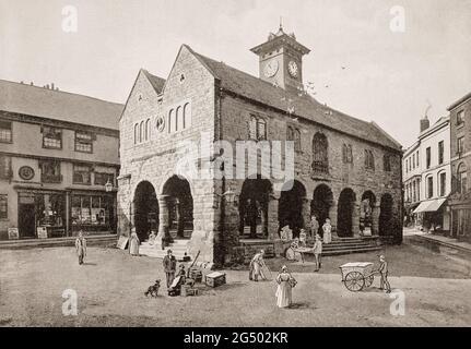 Vue de la fin du XIXe siècle sur la maison du marché dans le centre-ville de Ross-on-Wye, une ville du marché dans le sud-est du Herefordshire, en Angleterre. Il a été construit entre 1650 et 1654 pour remplacer un stand probablement en bois Hall. L'étage supérieur abrite maintenant un centre des arts et de l'artisanat.