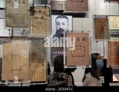 Pékin, Chine. 19 juin 2021. Les gens visitent le monument commémoratif du premier Congrès national du Parti communiste de Chine, à Shanghai, en Chine orientale, le 19 juin 2021. Credit: Liu Ying/Xinhua/Alay Live News