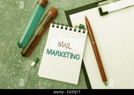 Rédaction affichant le texte Marketing de messagerie. Concept signifiant l'envoi d'un message commercial pour construire une relation avec un acheteur écrivant une prescription
