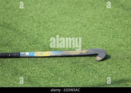 Russie. Vyborg 06.06.2021 Stick pour le hockey sur l'herbe se trouve sur le terrain. Photo de haute qualité