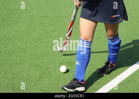 Russie. Vyborg 06.06.2021 une fille avec un bâton et une balle se tient sur le terrain. Hockey sur l'herbe