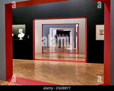 """Moscou, Russie. 04e juillet 2021. Les visiteurs traversent le labyrinthe de l'exposition.""""Dreams of Freedom. Romantisme en Russie et en Allemagne »- le plus grand projet d'exposition internationale de l'histoire de la Galerie Tretiakov consacrée à ce sujet, a été développé en coopération avec les collections d'art d'État de Dresde. C'est la première tentative à grande échelle de comparer sur une plate-forme l'art de l'ère du romantisme en Russie et en Allemagne. Crédit : SOPA Images Limited/Alamy Live News"""