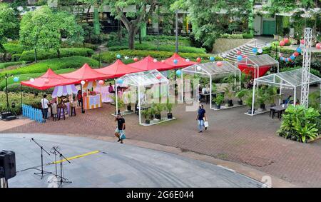 Cebu City, Phil.; 4 juillet 2021 -- des ballons rouges-blancs-bleus décorent un espace de cabine en plein air d'un centre commercial célébrant la Journée de l'amitié philippine-américaine.