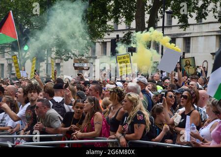 Londres, Royaume-Uni. 26 juin 2021. Des manifestants anti-verrouillage et anti-vaccination se sont rassemblés devant Downing Street pour protester contre d'autres blocages, des masques protecteurs pour le visage et des vaccinations contre la COVID-19.