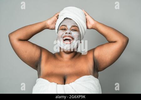 Happy Curvy femme africaine ayant soin de peau spa jour - beauté saine traitement propre et les jeunes gens style de vie concept
