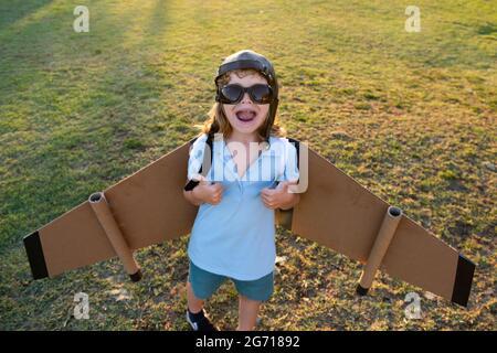 Enfant rêve de devenir pilote de fusée. Imagination et motivation. Garçon rêve de voler. Enfant insouciant jouant à l'extérieur.