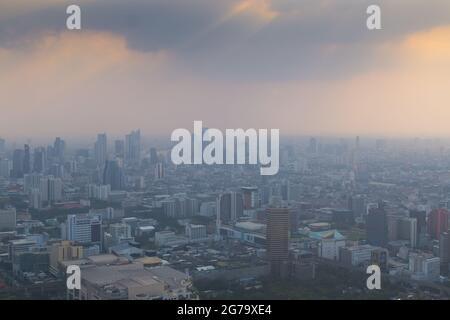 Vue sur la ville de Bangkok, capitale de la Thaïlande, au coucher du soleil