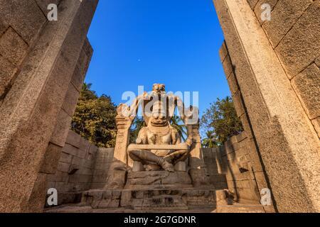 Temple de Narasimha Lakshmi hampi Arte de pierre antique. Ce temple présente la plus grande effigie du site classé au patrimoine de l'UNESCO de Hampi. Hampi, Karnataka, Inde.