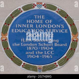 Plaque commémorative bleue sur le côté du County Hall de l'Inner London Education Authority, responsable à une époque des écoles de Londres