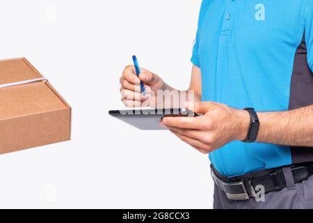 Concept de messagerie livre le colis pour les gens, il fait des notes du lieu et de l'heure de réception des marchandises.