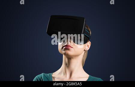 Jeune femme en lunettes VR