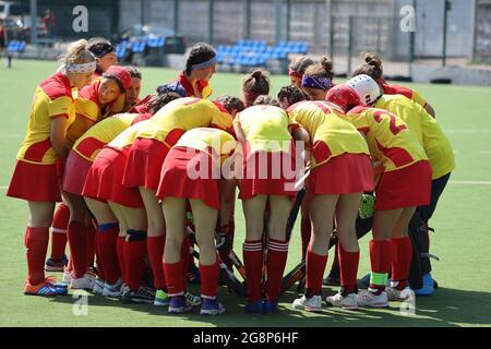 Russie. Vyborg 06.06.2021 l'équipe de filles se donne sur le terrain pour jouer au hockey sur gazon. Photo de haute qualité