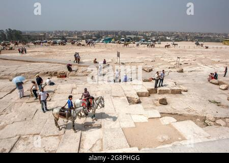 Vue depuis la base de la Pyramide sur le plateau de Gizeh, vers le Caire moderne en Égypte.