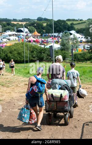 Standon, Hertfordshire, Royaume-Uni. 22 juillet 2021. Les gens arrivent au festival de musique d'appel Standon qui aura lieu ce week-end. Il s'agit de l'un des premiers festivals à avoir lieu après la détente des restrictions Covid au Royaume-Uni et les participants ont dû passer un test de flux latéral vérifié et enregistré par vidéo comme condition d'entrée. Crédit : Julian Eales/Alay Live News