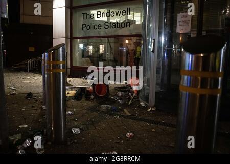 """Bristol, Royaume-Uni. 21 mars 2021. Photo : scène chaotique devant le poste de police de Bridewell après la fin de l'émeute. / des manifestants ont attaqué la police après que des milliers de personnes aient assisté à une manifestation selon laquelle les officiers avaient """"fortement conseillé"""" de ne pas se joindre à eux. Les policiers ont subi des fractures et les véhicules de police ont été mis à feu alors que des scènes de colère se déroulaient dans le centre-ville de Bristol. Plus tôt dans la journée, une foule largement pacifique s'était rassemblée pour la manifestation tuer le projet de loi en opposition au projet de loi sur la police et le crime, mais par des manifestants du soir à l'échelle du poste de police de Bridewell, a lancé des feux d'artifice dans la foule et"""