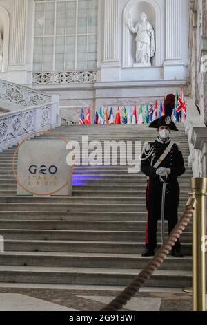 Londres, Angleterre, Royaume-Uni. 22 juillet 2021. Une jeune garde au palais royal de Naples lors de la réunion ministérielle du G20 sur l'environnement, le climat et l'énergie. (Image de crédit: © Sabrina MerollaZUMA Wire)