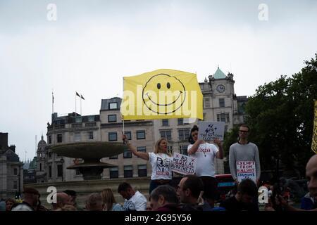 Londres, Angleterre, 24 juillet 2021. Des manifestants se rassemblent sur Trafalgar Square à Londres pour protester contre les politiques de confinement du gouvernement, exigeant l'annulation immédiate de toutes les mesures empêchant de nouvelles flambées de COVID19. Crédit: Bruno Korbar / Alay