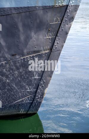 traces de dépouille impériales sur l'arc d'un ancien navire avec coque revue