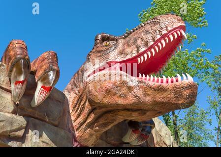 VELIKIE LUKI, RUSSIE - 04 JUILLET 2021 : tête d'un dinosaure carnivore à l'entrée de Dinopark en gros plan, le jour de juillet ensoleillé