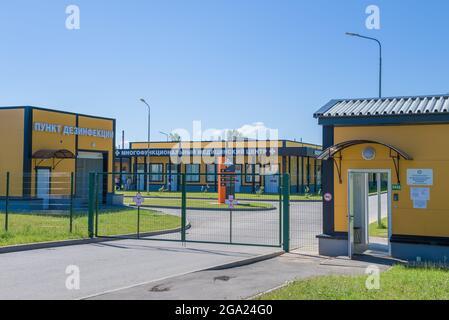 VELIKIE LUKI, RUSSIE - 04 JUILLET 2021 : à l'entrée de l'hôpital régional des maladies infectieuses de Pskov (branche de Velikie Luki) par une belle journée d'été