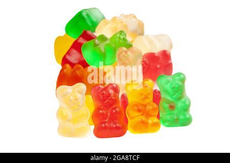Pile d'ours en gelée aux couleurs vives isolée sur fond blanc