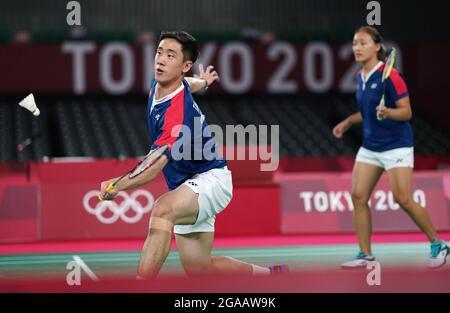 (210730) -- TOKYO, le 30 juillet 2021 (Xinhua) -- Tang Chun Man (L)/Tse Ying Suet de Hong Kong en Chine se disputent la médaille de bronze mixte de badminton contre Watanabe Yuta/Higashino Arisa au Japon aux Jeux Olympiques de Tokyo 2020 à Tokyo, au Japon, le 30 juillet 2021.