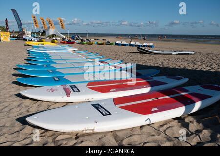 Pärnu, Estonie - 11 juillet 2021: Location de matériel de surf au centre de surf d'Aloha sur la plage de Pärnu.