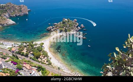 Taormina, Messine, Sicile, Italie. Vue spectaculaire sur la mer Ionienne au large de Mazzarò et la petite réserve naturelle d'Isola Bella.