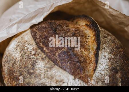 Très beau pain en gros plan. Pain du magasin dans un forfait artisanal. Texture de la surface du grain.