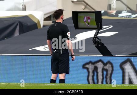 Photo du dossier datée du 11-04-2021 de l'arbitre Chris Kavanagh consultant l'écran VAR côté terrain pendant le match de la Premier League au Tottenham Hotspur Stadium, Londres. Les arbitres vidéo seront utilisés pour les qualifications de coupe du monde 2022 en Europe, à partir du mois prochain. L'utilisation légère des VAR à l'Euro 2020 a été largement appréciée, et l'UEFA espère que ces normes seront maintenues dans les qualificatifs pour le Qatar, les phases du groupe se terminant en novembre. Date de publication : jeudi 5 août 2021.