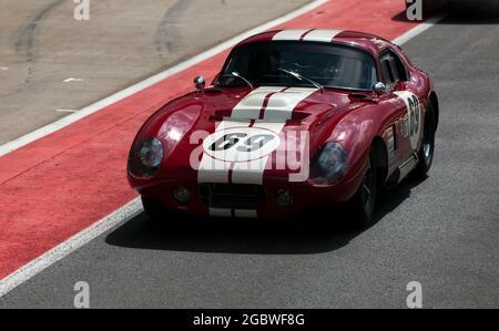 Le coupé AC Cobra Daytona de Michael Cullen dans la file du stand avant le début du Trophée international pour les voitures GT classiques avant 66