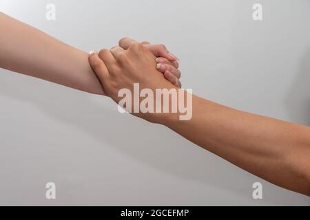 aider les mains homme et femme main sur fond blanc concept de partenariat et de travail d'équipe .