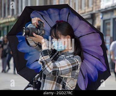Centre-ville d'Édimbourg, Écosse, météo britannique. 10 août 2021. Chaud et ensoleillé avec une température de plus de 21 degrés centigrade pour les visiteurs du centre-ville. Crédit : Arch White/Alamy Live News.