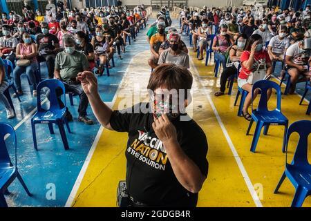 MANILLE, PHILIPPINES - 13 AOÛT 2021. La file d'attente de résidence philippine recevra la 1ère dose du vaccin SINOVAC COVID-19 à la Holy Trinity Academy de Manille, Philippines, le 13 août 2021. Dante Diosina Jr/Medialys Images/Alay Live News