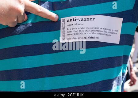 NEW YORK, NY - AOÛT 15 : un homme montre un autocollant de chemise avec la définition anti-Vaxxer lors d'un rassemblement républicain contre les mandats de vaccin COVID à l'extérieur de Gracie Mansion le 15 août 2021 à New York. Le mandat de NYC relatif au vaccin commence le lundi 16 août. Une preuve de vaccination contre le coronavirus (COVID-19) sera requise pour se rendre dans les restaurants intérieurs, les salles de gym et les lieux de divertissement, avec l'application du mandat de commencer le 13 septembre. Crédit : Ron Adar/Alay Live News