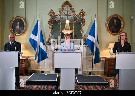 Photo du dossier datée du 20/08/21, du premier ministre Nicola Sturgeon (au centre) et des co-leaders du Parti Vert écossais Patrick Harvie (à gauche) et Lorna Slater (à droite), à Bute House, à Édimbourg. L'accord entre le SNP et les Verts écossais « tombera en disgrâce » si l'un ou l'autre camp fait des demandes impossibles de l'autre, a déclaré M. Harvie. Date de publication : dimanche 22 août 2021.