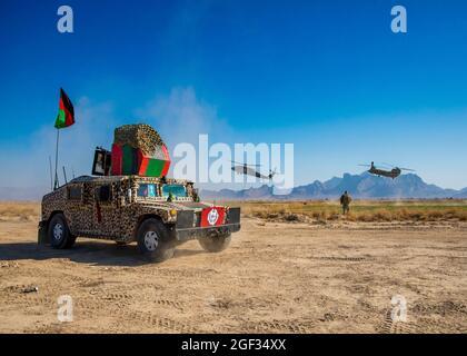 Le Sergent de commandement du soutien résolu, le Major Timothy Metheny, se dirige vers l'aéronef entrant après avoir visité un poste de contrôle de l'Armée nationale afghane dans l'ouest de l'Afghanistan le 31 décembre 2019. (É.-U. Photo de la réserve de l'armée par la SPC. Jeffery J. Harris/ sortie)