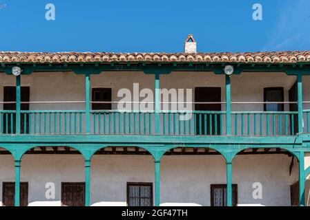 Plaza Mayor de Chinchon. Place centrale de la ville de Chinchon à Madrid, maisons typiques avec balcons et galeries en bois. Jour ensoleillé de l'été.