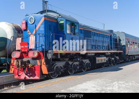 VELIKIE LUKI, RUSSIE - 04 JUILLET 2021: Soviétique / russe shunting diesel locomotive TEM2-7617 gros plan sur une journée ensoleillée d'été. Station Vélikiye Luki