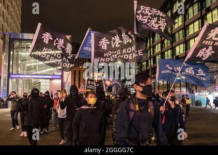 Londres, Royaume-Uni. 31 août 2021. Les manifestants ont vu défiler le long de Tottenham court Road tout en agitant des drapeaux qui disent l'indépendance de Hong Kong pendant le rallye.la diaspora de Hong Kong s'est réunie à Piccadilly Circus pour commémorer les actes de brutalité policière qui ont entraîné la mort à la gare Prince Edward le 31 août 2020. Organisé par le bon voisin de l'Angleterre, Hong Kongers a marché de Piccadilly Circus à Chinatown, pour arriver enfin au HKETO (Hong Kong Economic and Trade Office). Crédit : SOPA Images Limited/Alamy Live News
