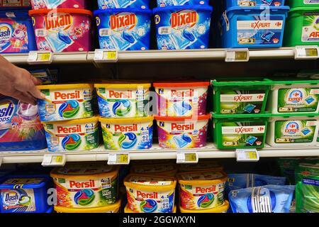 Laver les tablettes dans un supermarché