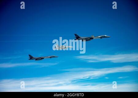 CANADA (le 29 mai 2020) Un Super Hornet F/A-18e de la Marine américaine, opérant à partir du groupe de grève des transporteurs Harry S. Truman, en cours dans l'océan Atlantique Nord, intercepte deux lanciers B-1B du Commandement stratégique des États-Unis (USSTRATCOM) qui entrent dans la zone d'identification de la défense aérienne canadienne, Et encore une fois lorsqu'ils entrent dans la région continentale du Commandement de la défense aérospatiale de l'Amérique du Nord (NORAD), le 29 mai 2020. Les intercepts faisaient partie d'un exercice de défense du territoire national à grande échelle mené par le Commandement du Nord des États-Unis. La principale priorité du Commandement du Nord des États-Unis est la défense de la patrie et la direction d'opérations complexes de commandement multicombattants A.